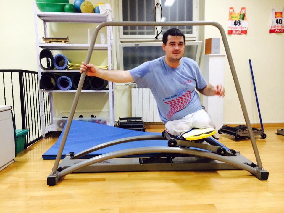 pouziti-lyzarskeho-trenazeru-handicapovany-ski-simulator
